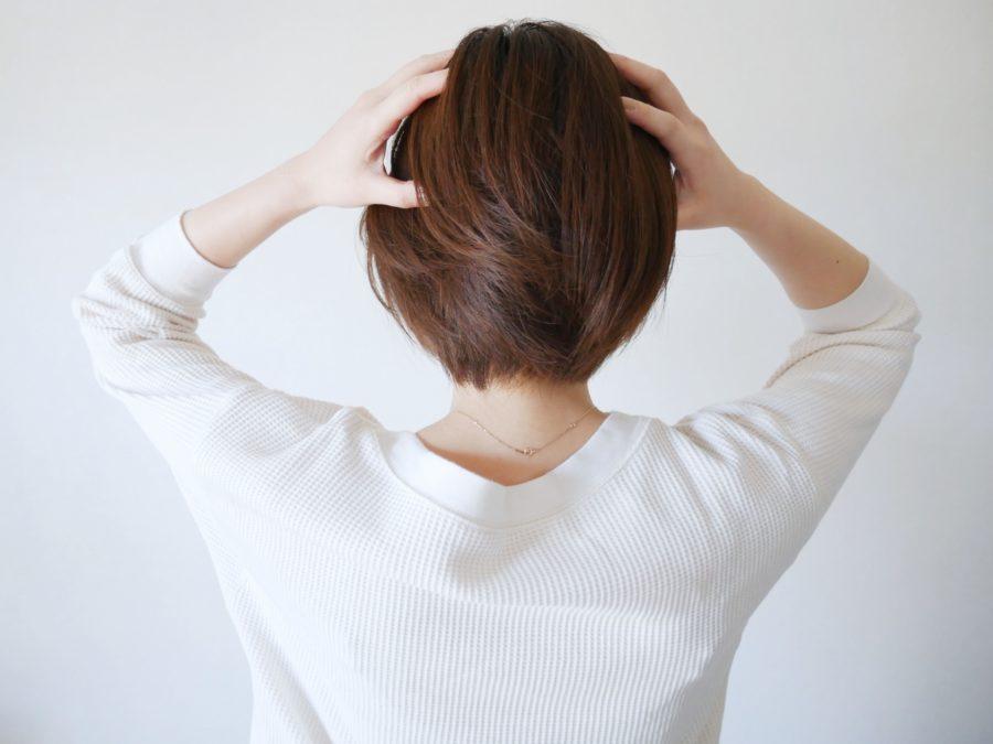 頭を抱える女性 不安 心配
